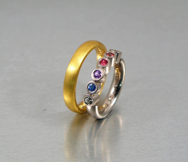 Ringar, 23k guld, vitt guld och safirer