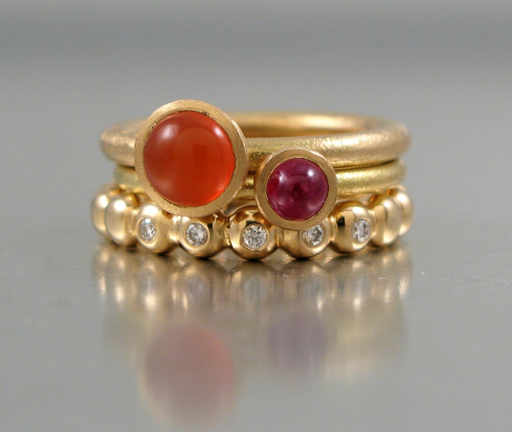 """Ring, """"Stor Pytteliten"""", """"guld, och karneol. """"Pytteliten"""", guld och rubin. """"Kulring"""" guld och briljanter."""