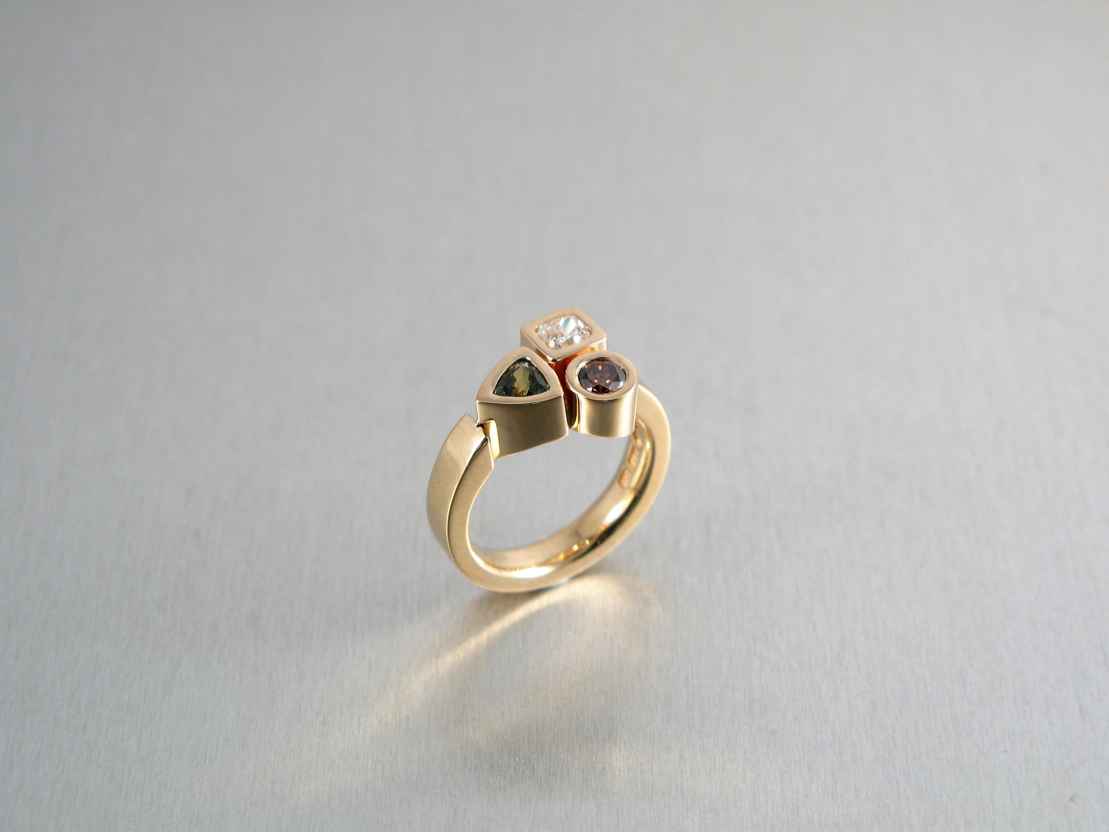 """Ring, """"Lådring"""", guld, diamant och safirer."""