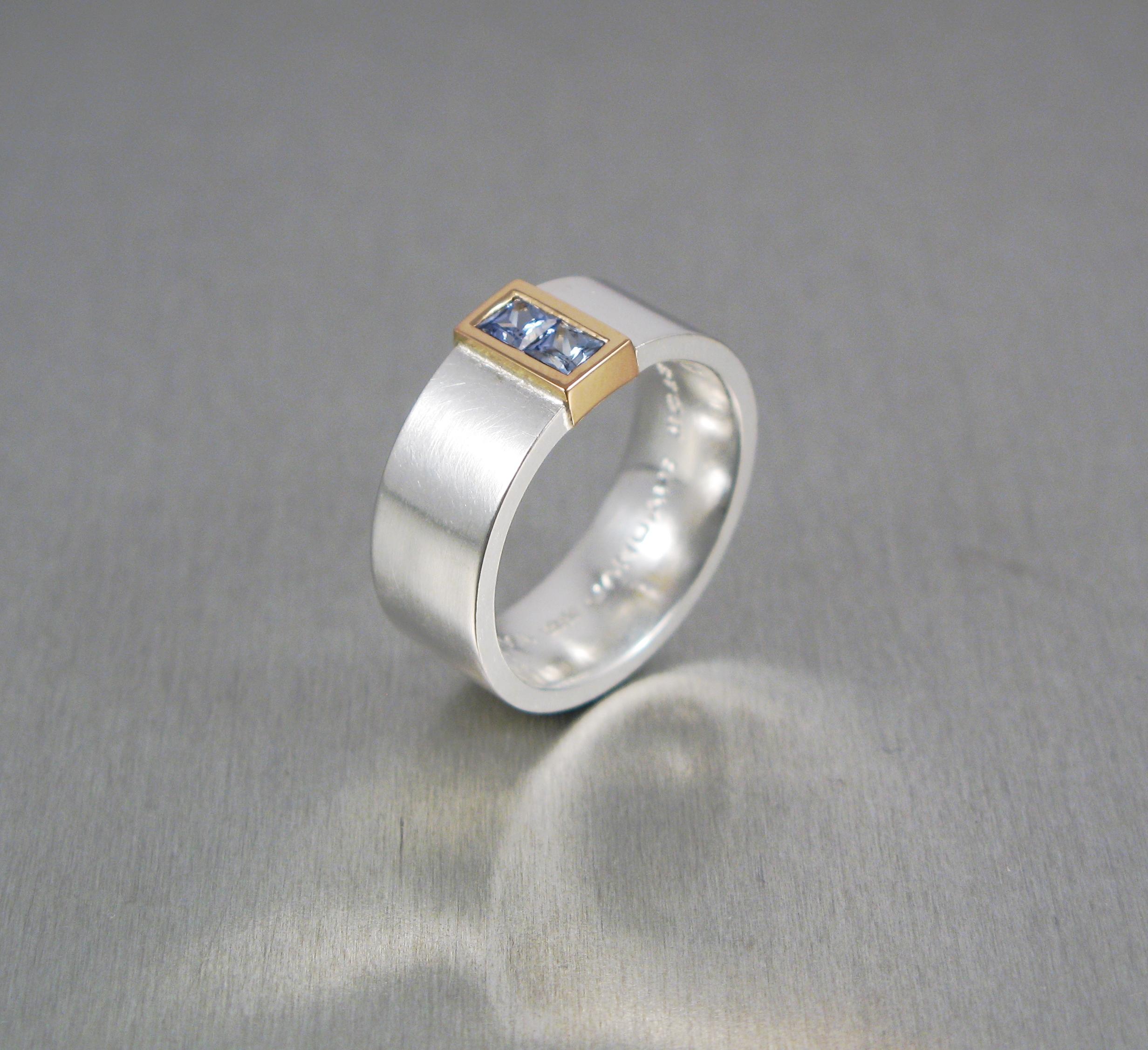 Ring, silver, guld och safierer. (osäker på bilden)
