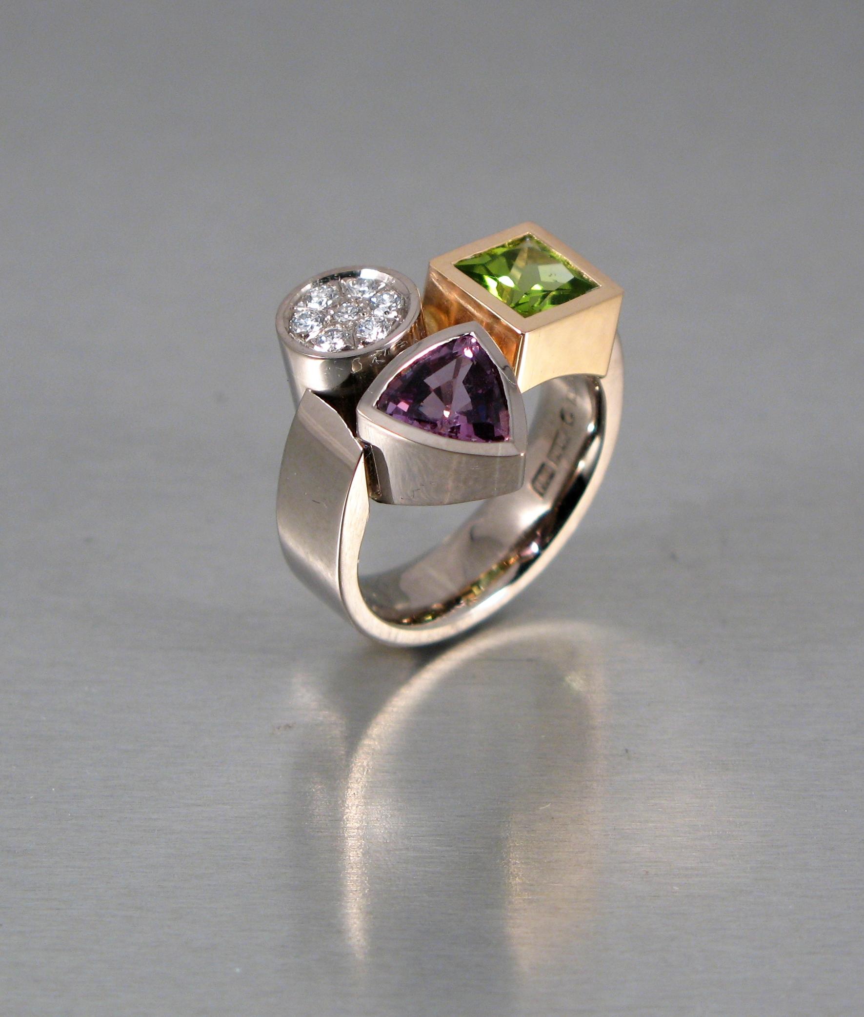 Ring, vitt och rött guld, diamant, peridot och safir.