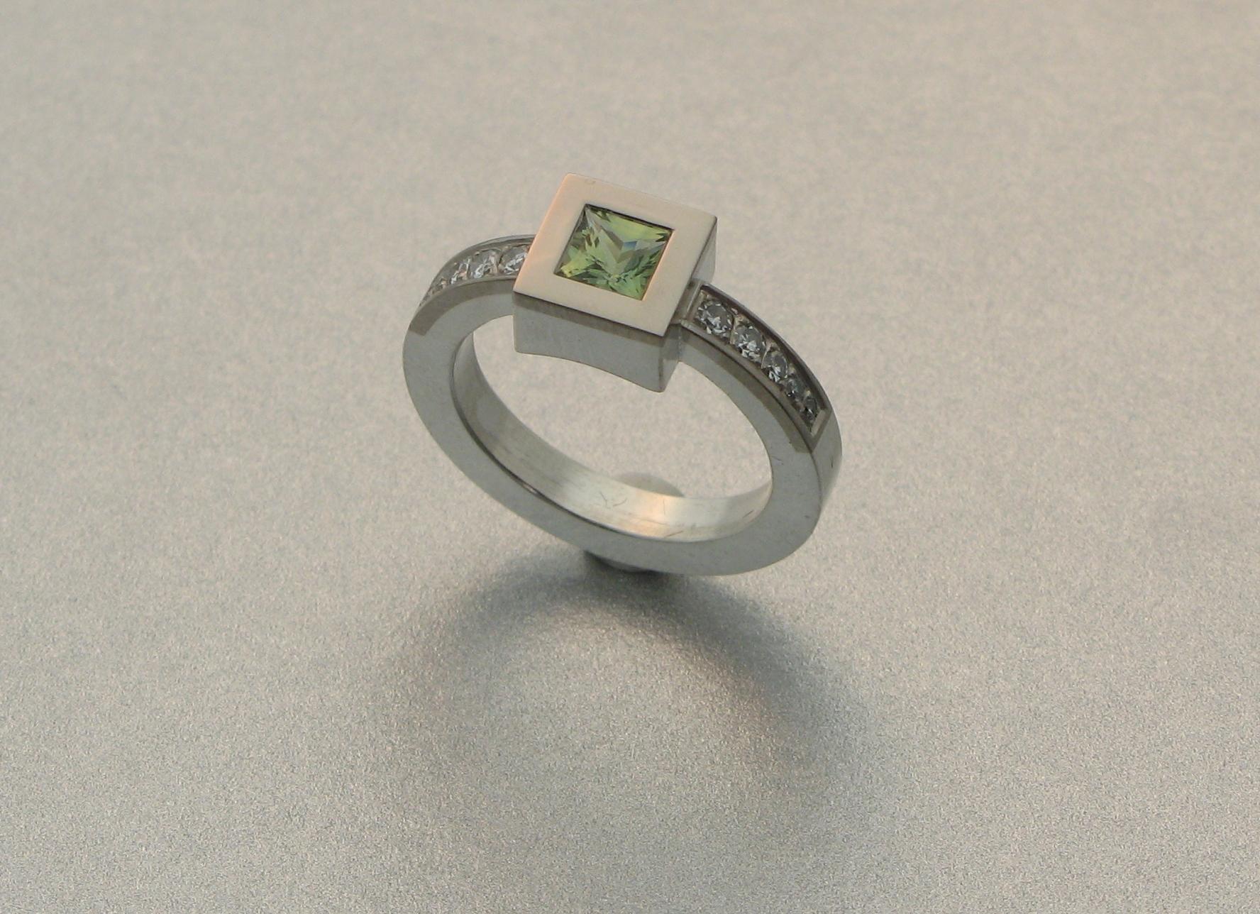 Ring, vitt guld, silver, diamanter och grön safir.
