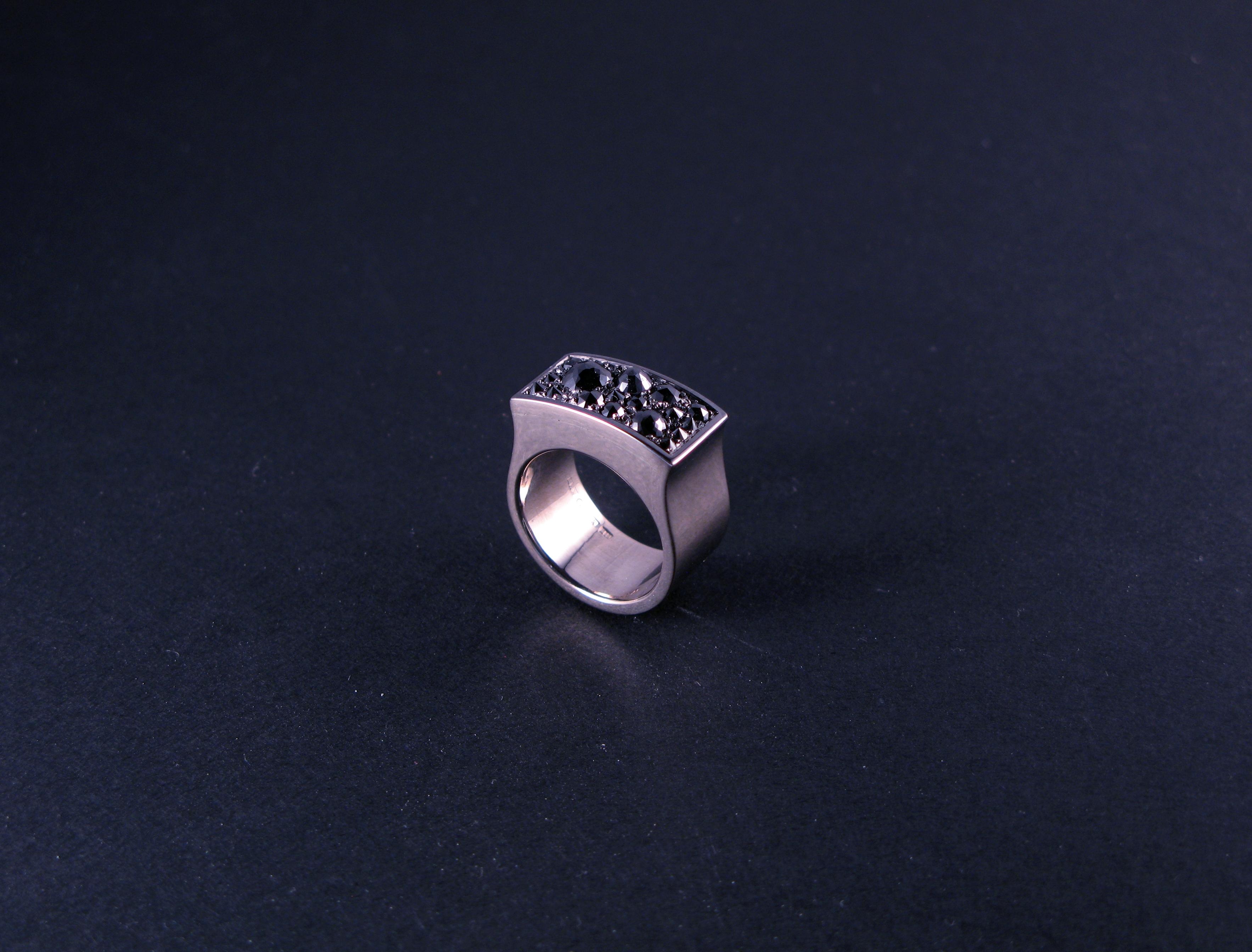"""Ring, """"Fru Drake"""", vitt guld och diamanter"""
