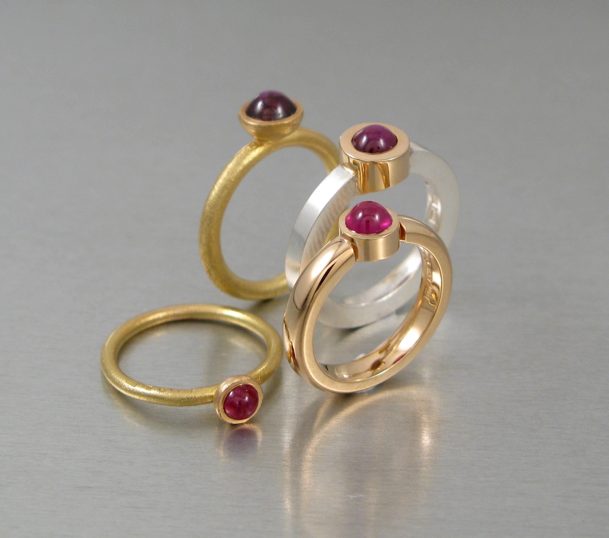 Ringar, silver, guld och rubiner.
