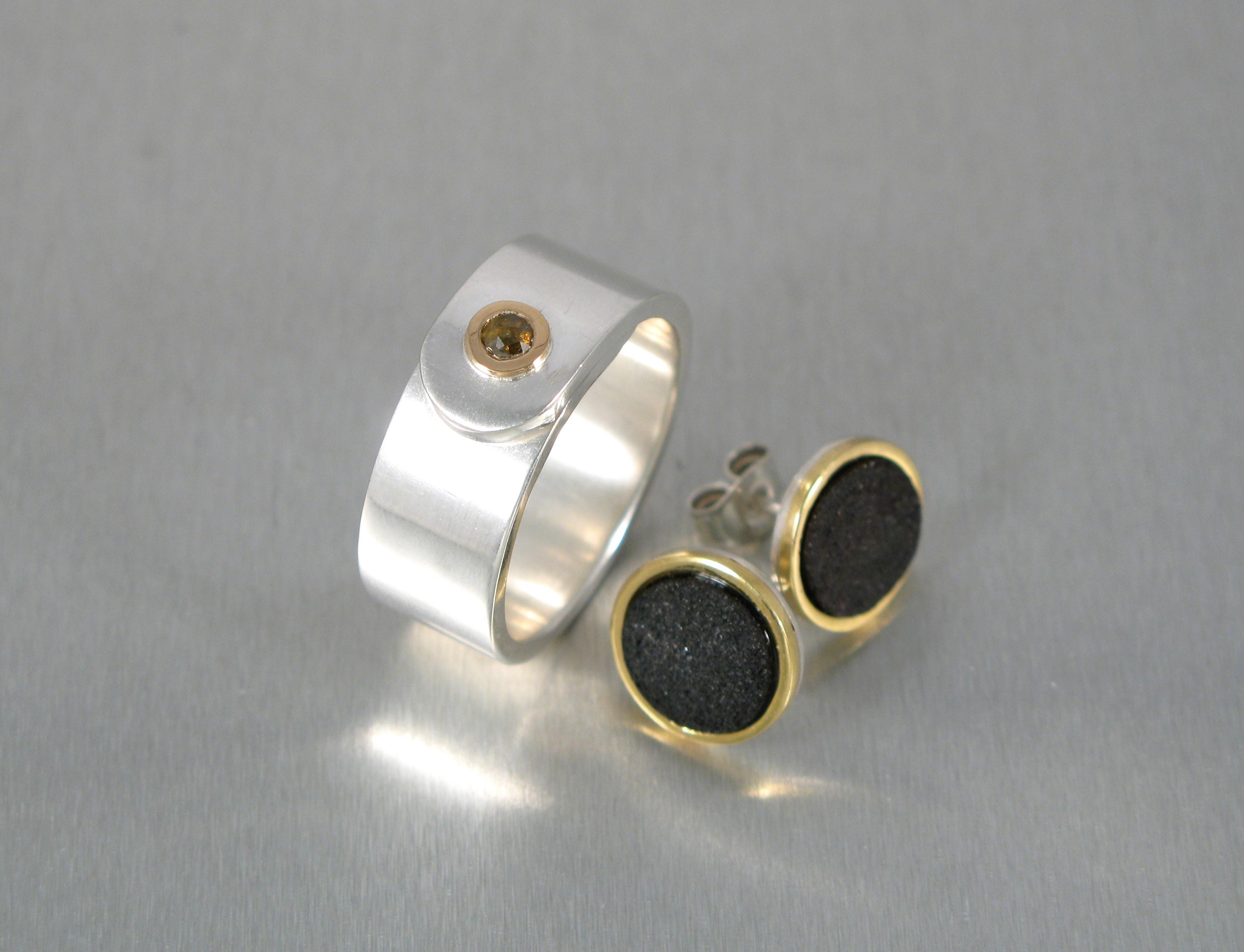 Ring, silver, guld och diamant. Örhänge, järn, guld och silver.