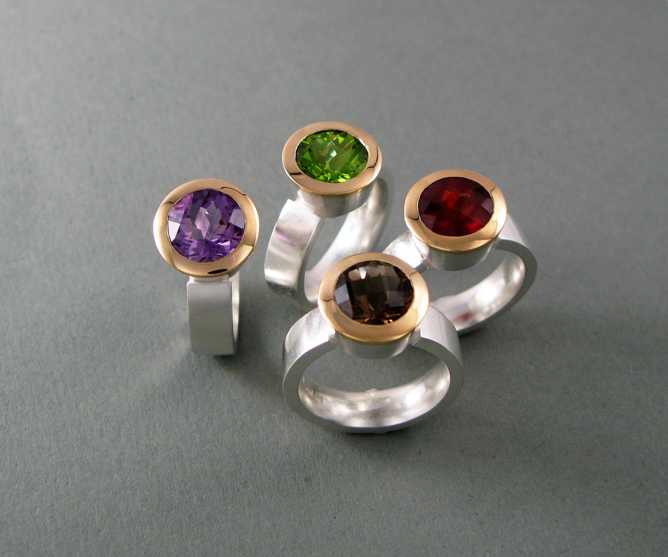 """Ringar, """"Extra stor Linus"""" """", guld, silver och diverse stenar."""