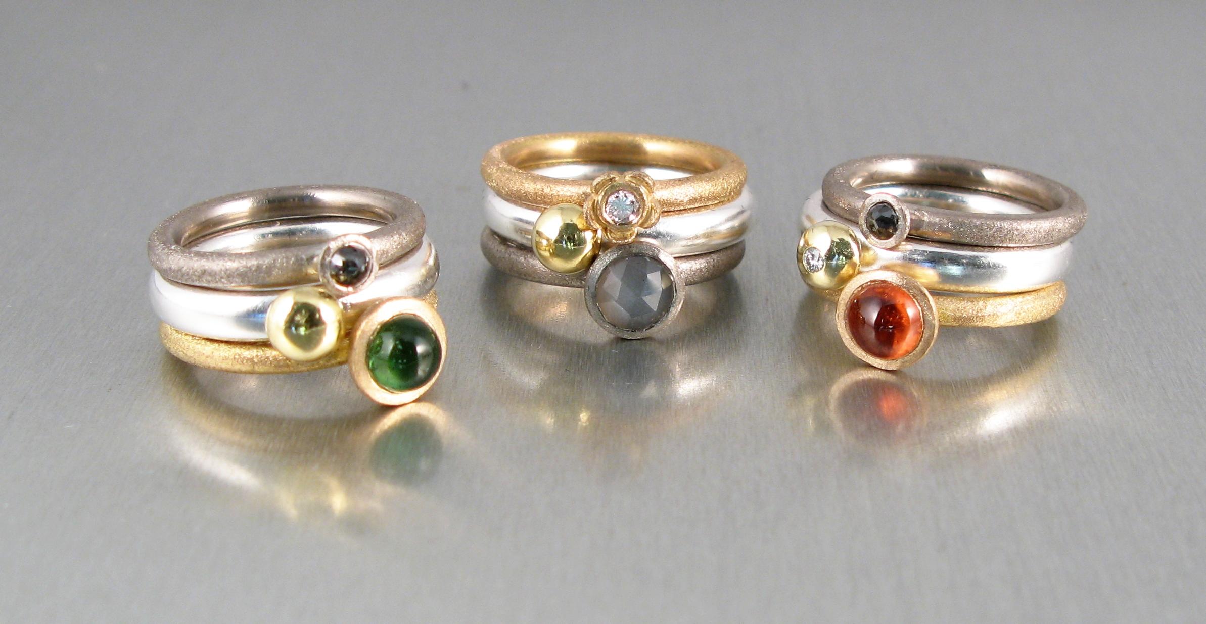 """Ringar, """"Stor Pytteliten"""", """"Pytteliten"""" och """"Potatisring"""", silver, rött och vitt guld och diverse stenar"""