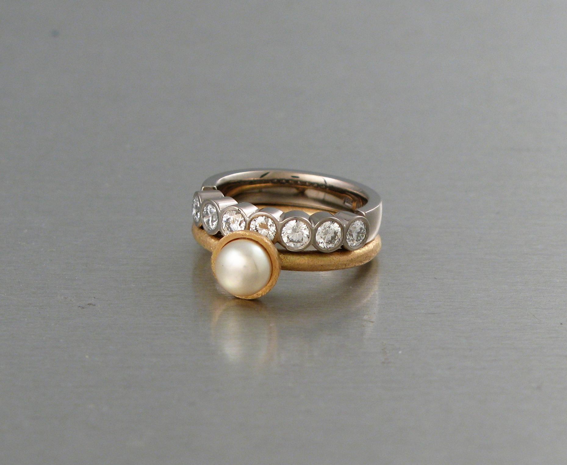 """Ring, """"Stor Pytteliten"""", guld och pärla. Alliancering, vitt guld och diamanter."""