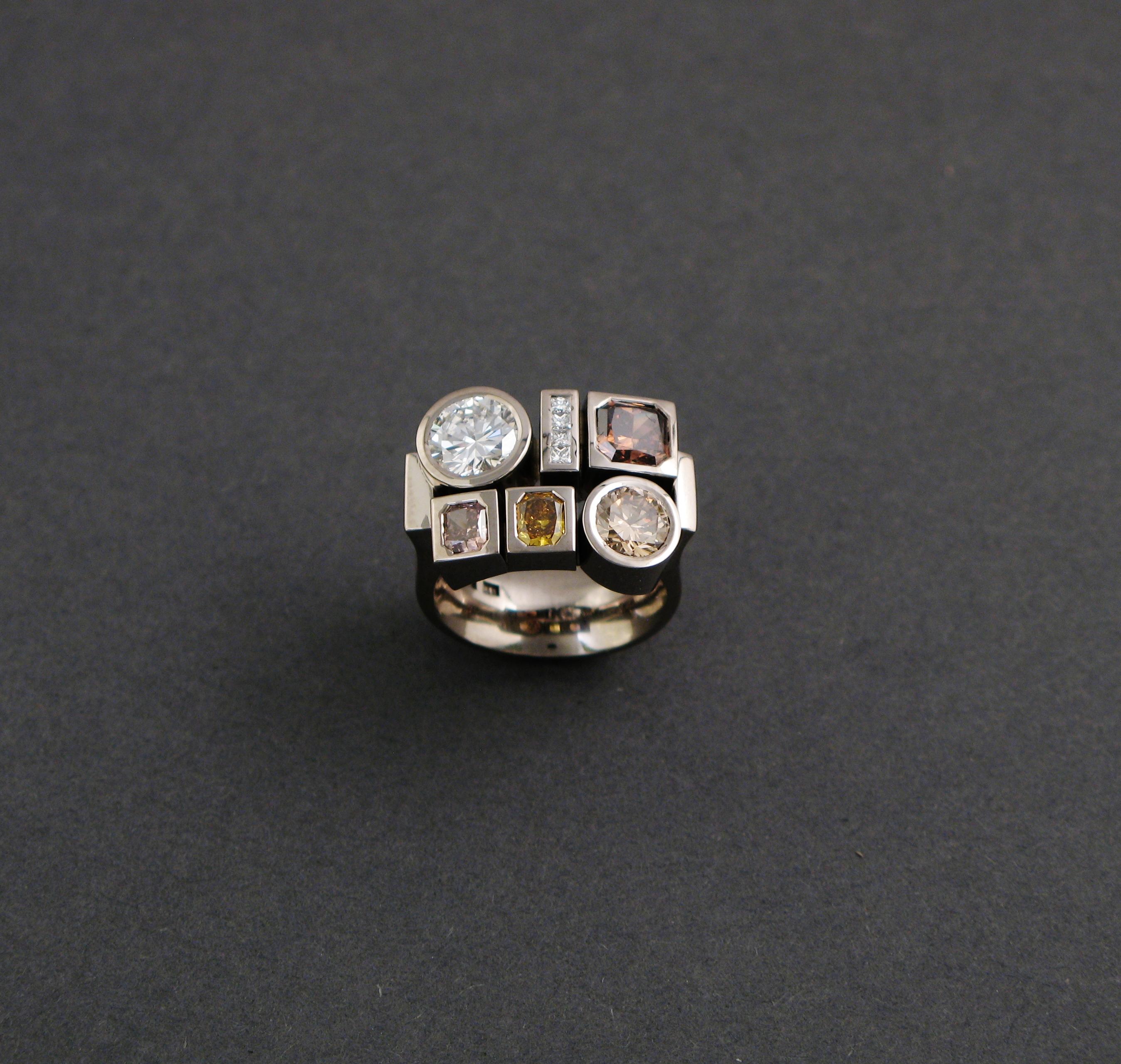 """Ring, """"Lådring"""", vitt guld och diamanter."""